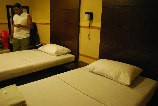 Sampaguita Suites JRG: two single beds