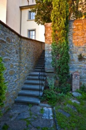 Il Melograno: La scala che porta al secondo livello del giardino
