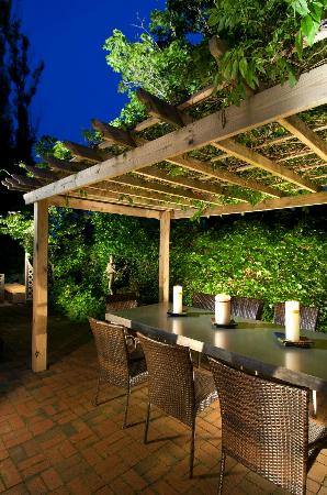 Carpe Diem Guesthouse & Spa: The outside dining table at dusk