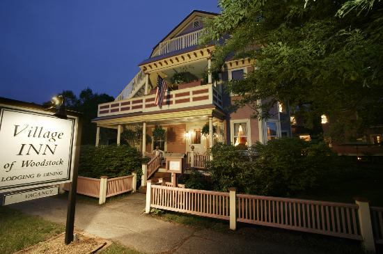 The Village Inn of Woodstock: Walk to restaurants, shops and art galleries in the village.