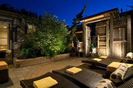 Carpe Diem Guesthouse & Spa: Spa courtyard at night