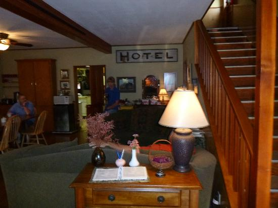 Hotel Diamond : Main Entry/Dining room