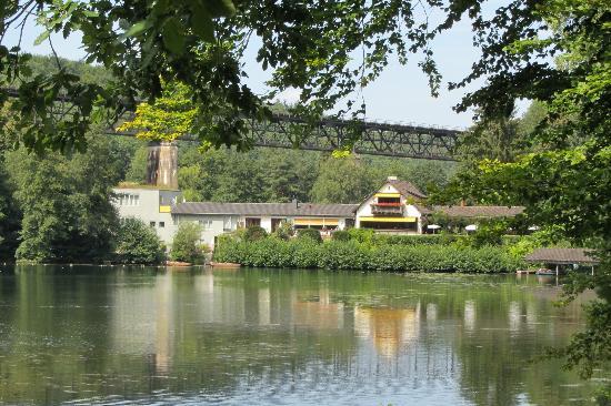"""Seehaus Forelle: Hinter dem See """"Eiswoog"""" das Restaurant"""