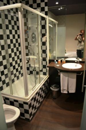 Petit Palace Plaza de la Reina: unique bathroom