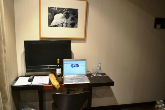 Petit Palace Plaza de la Reina : free laptop in room