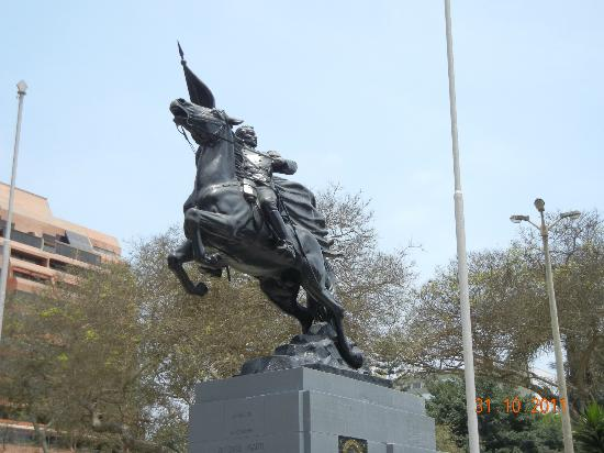 Delfines Hotel & Casino: Estatua de Hugarte en el parque a 100 metros del Hotel