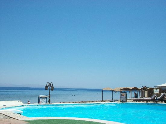 Dyarna Hotel: Swimmingpool and sea