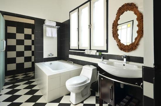 Jonker Boutique Hotel: Separate Shower & Bathtub