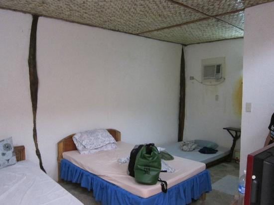 Coron Villa Hermosa: The large room that comfortably fits 6 people