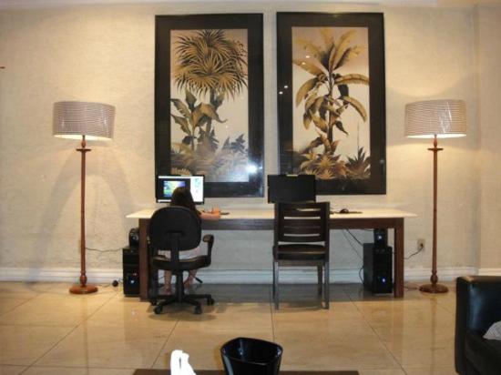 Diamond Hotel: 2 Computadores conectados na internet no Lobby Wi Fi no hotel todo