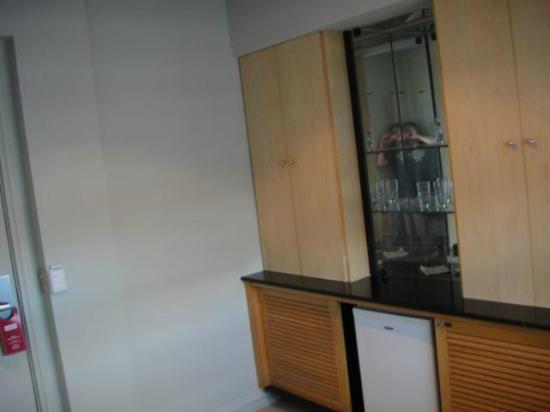 Diamond Hotel: Sala de entrada, mesa, cadeiras, frigobar, cofres e armários