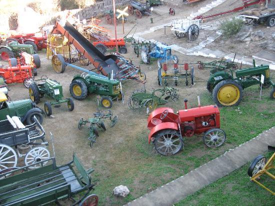 Museo de Tractores: Patio de exhibicion maquinas varias