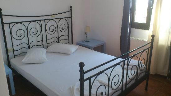 Paradisia Villas: dormitorio principal, con vistas a piscina y balcón con vistas a la ciudad