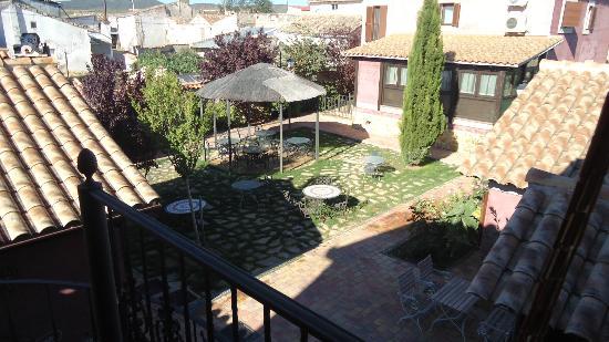 Hospederia Rural Ballesteros: El jardin, una gozada cenar bajo su pergola en verano