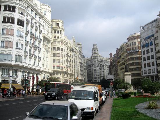 Melia Plaza: Hotel au centre ville le long d'une grande place animée le soir.