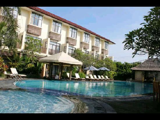 Best Western Resort Kuta: pool in front of restaurant