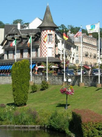 La Potinière du Lac : La tourelle si caractéristique de l'hotel