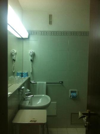 Park Hotel: bagno (da notare la luce stile ospedale)