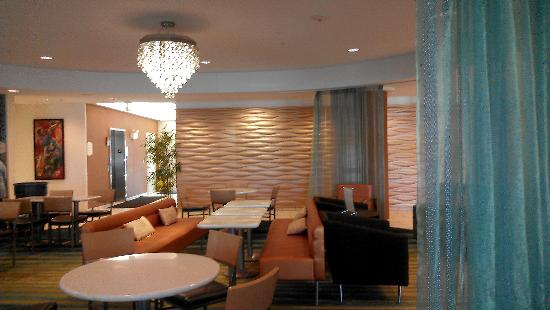 SpringHill Suites by Marriott Sioux Falls: Breakfast seating