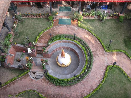 Thamel Eco Resort: Looking down to courtyard