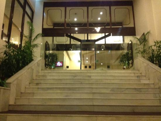 Dynasty Hotel: Entrance to Lobby