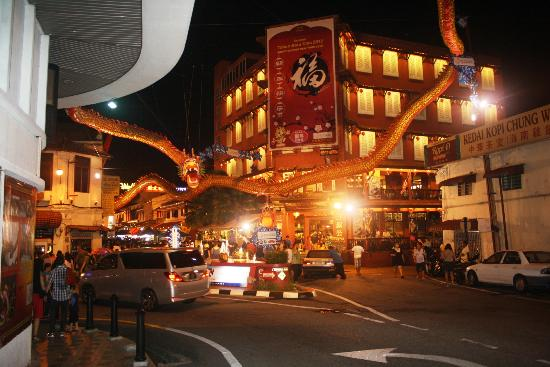 Aldy Hotel Stadthuys: Walk from hotel, find the river/small bridge then you will see the Jonker Street live at night.