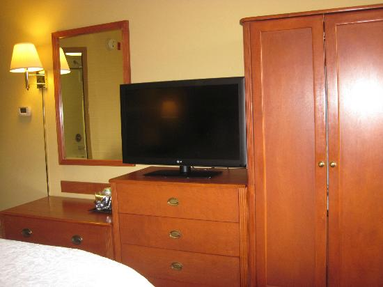 Hampton Inn Philadelphia-International Airport: TV/Dresser area about the same in rooms 518/601