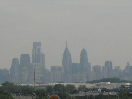 Hampton Inn Philadelphia-International Airport: View of downtown Philadelphia from room 601 (was hazy)