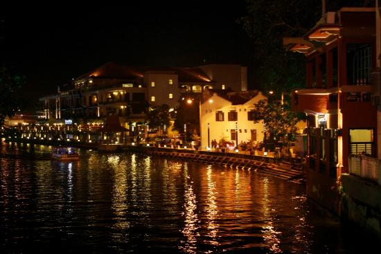Aldy Hotel: melaka river from the bridge to Jonker Street. The big mansion is Casa Del Rio Hotel.