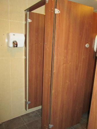 Isaacs Hostel: Female bathroom