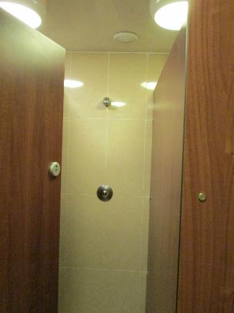 Isaacs Hostel: Female shower