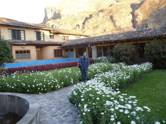 San Agustin Urubamba Hotel : Jardines y pileta junto a la montaña.