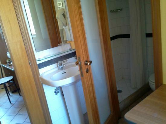 Hotel Europeo & Flowers: Coin salle d'eau