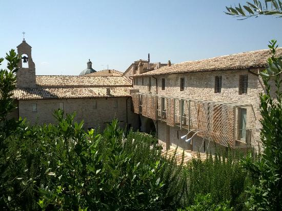 Nun Assisi Relais & Spa Museum: la vista della camere dal solarium tra gli ulivi