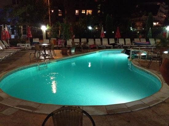 Hotel L&B: night view of the hotel's pool