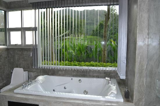 Pura Vida Villas Phuket: vue de la salle de bain waow
