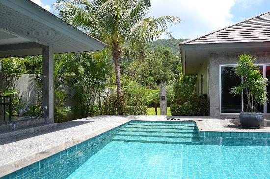 Pura Vida Villas Phuket: vue sur la douche extérieur et la nature