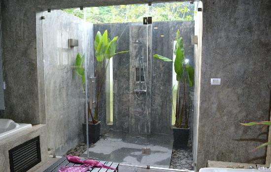 Pura Vida Villas Phuket: douche extérieur de la salle de bain waow