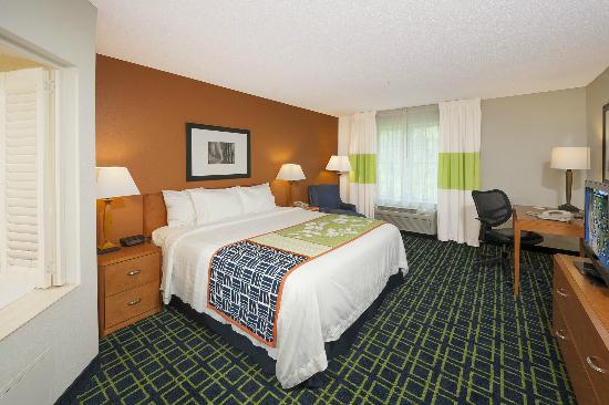 Fairfield Inn & Suites Brunswick Freeport: Spa King Room