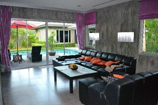 Pura Vida Villas Phuket: le salon vue piscine