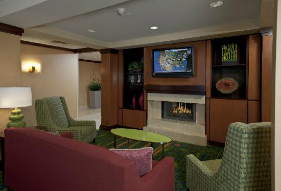 Fairfield Inn & Suites Brunswick Freeport: Lobby Sitting Area with Fireplace