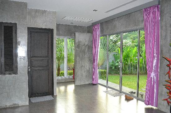 Pura Vida Villas Phuket: le halle d'entrée et la toilettes pour invités