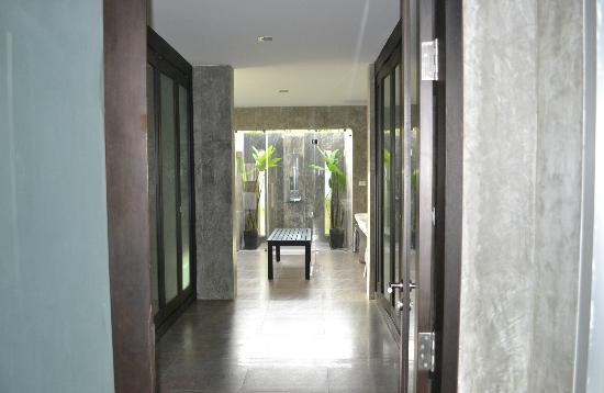 Pura Vida Villas Phuket: vue globale salle de bain avec dressing devant et douche extérieur au fond