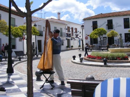 Hotel Casa Rosa: Village square