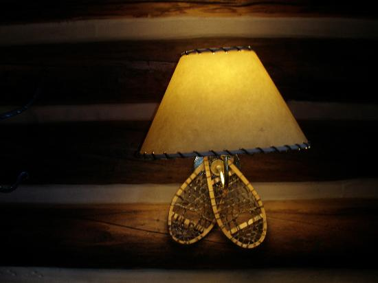 Storm Mountain Lodge & Cabins : lamp