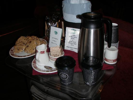 Storm Mountain Lodge & Cabins: tea-coffee in the lobby
