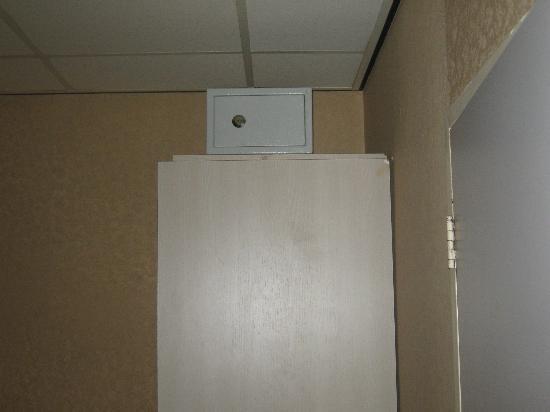 Hotel Cordial: cassaforte sopra all'armadietto raggiungibile solo con scala