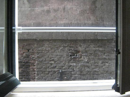 Hotel Cordial: muro a 1 metro dalla finestra