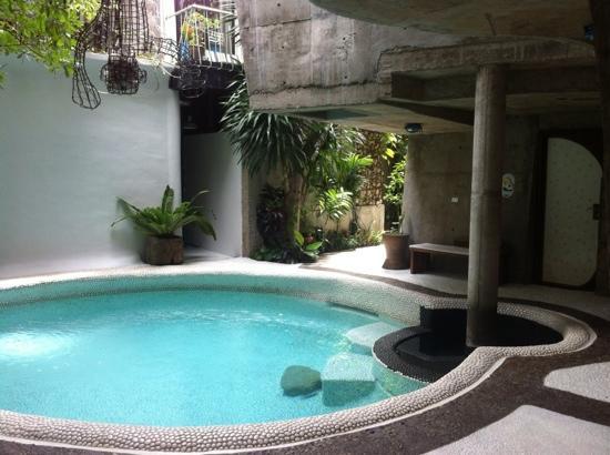 MO Rooms: piscine, petite et un peu froide :-) avec la chambre lapin à droite