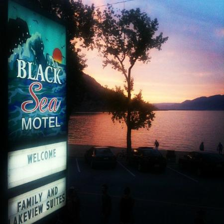 Black Sea Motel & Restaurant: Beautiful sunset over Lake Okanagan!